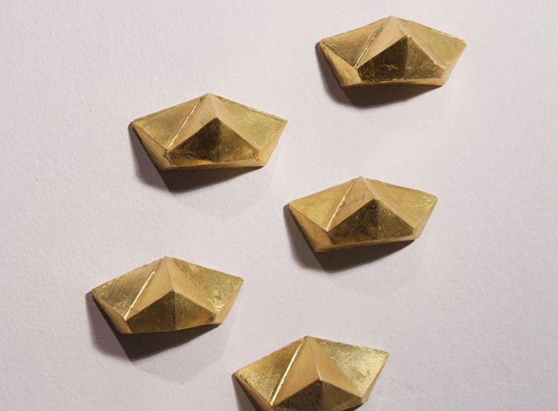 'Escalera de medios prismas dorados' - constanza hermosilla