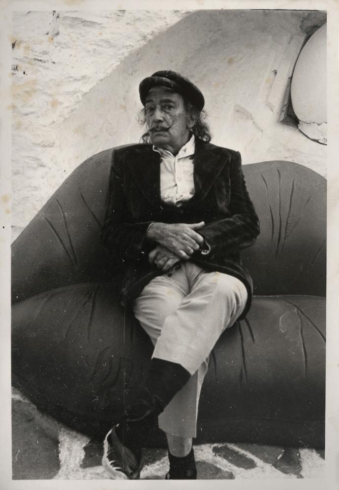 Fotografía de Salvador Dalí sentado en su famoso sofá Labios, será vendida en subasta en México valuada entre $10,000 y $15,000 pesos.